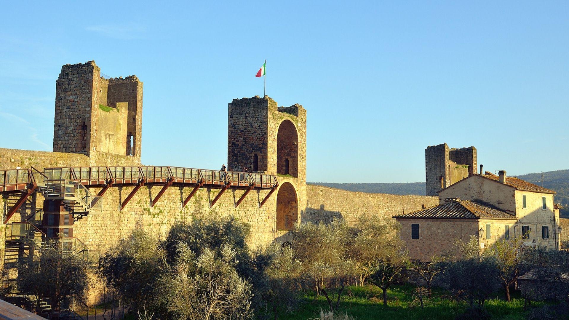 Monteriggioni: cosa vedere nel borgo incastonato tra le colline toscane